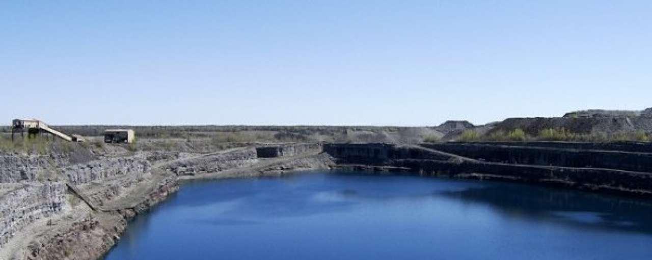 Waterval in oude mijn gemaakt voor energie-opwekking