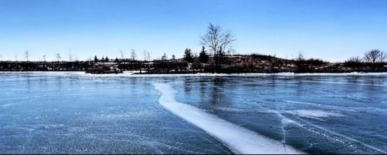 Elektrische auto glibbert naar snelheidsrecord op ijs