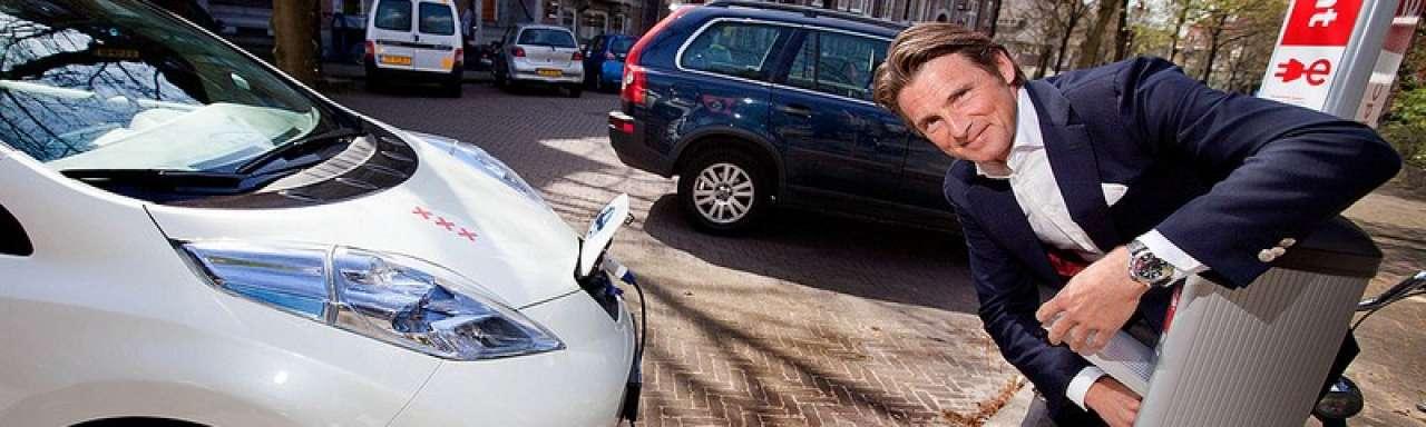 Elektrisch rijden beloond met benzineauto en belastingvoordeel