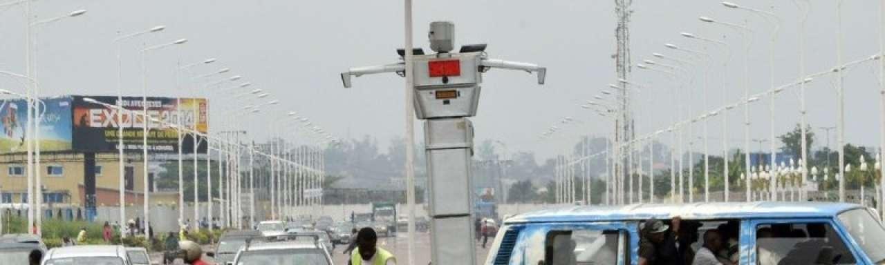 Zonne-RoboCop regelt het verkeer in Kinshasa, Congo
