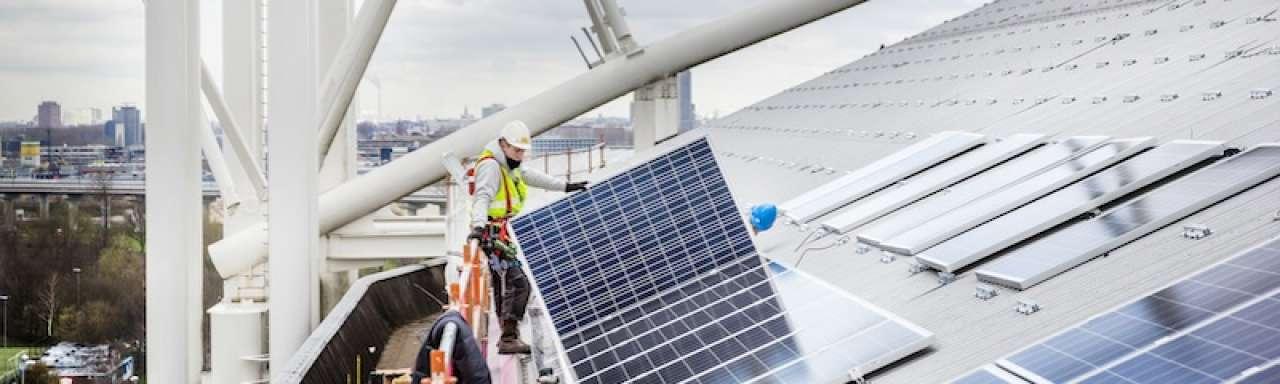 Eerste zonnepanelen geplaatst op dak ArenA