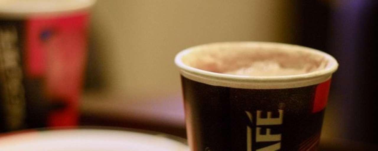 Eerste fabriek die koffiebekertjes kan recyclen geopend