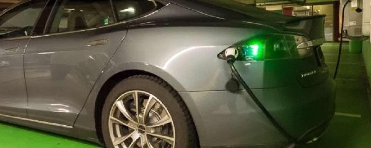 Supersnelladers Tesla op Schotse Edinburgh Airport