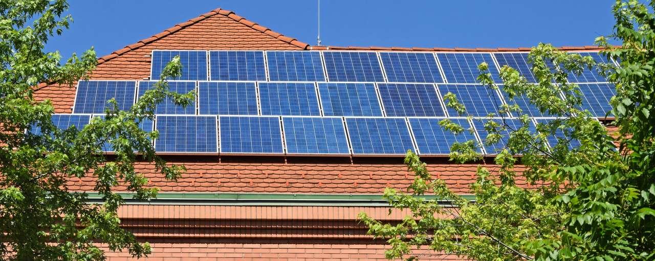 zonnepanelen, dak, school, adobe stock